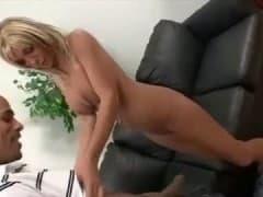 Une mature se tape un beau black - Sexe - MESVIP