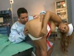 Infirmière sexy se régale avec la queue d'un patient! - MESVIP