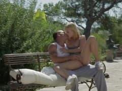 Jeune couple baise sur un banc! - Vídeo Sex - MESVIP