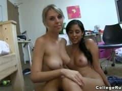 Jeune blonde s'excite avec sa copine avant de baiser avec son mec! - MESVIP