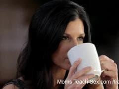 Elle montre à sa fille comment baiser - Gratuit - MESVIP