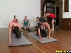 Un cours de yoga qui va très bien se finir - MESVIP