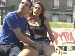 Une femme et un homme commencent dans la rue - MESVIP
