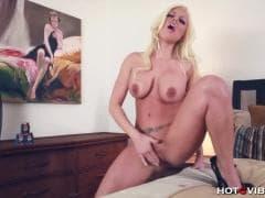 Une blonde sexy avec des gros nichons - Sex TUBE - MESVIP