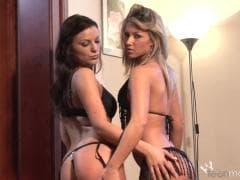 Tea et Anella aiment les caresses  - Porno - MESVIP