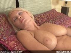 Hanna Hilton est une blondinette sexy - Porno - MESVIP