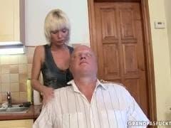 Une nana délicieuse qui s'éclate avec une bonne baise - MESVIP
