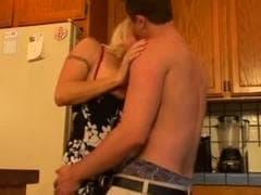 Une blonde sexy s'éclate avec une bonne baise - MESVIP